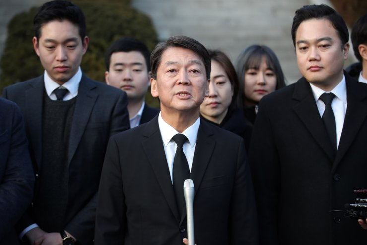 Former People's Party leader Ahn Cheol-soo answers reporters after paying tribute to late former presidents at the Seoul National Cemetery, Monday, officially resuming his political activities. Ahn arrived in Korea a day before after spending about 16 months studying abroad in Germany and the U.S. Yonhap