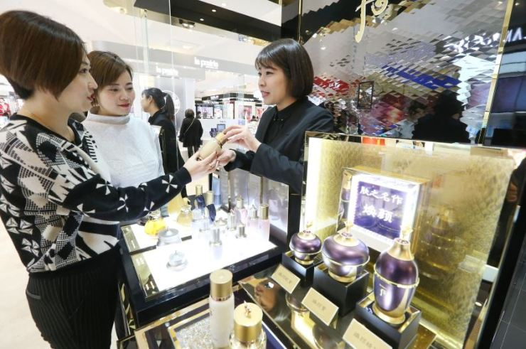 A clerk explains a product from LG Household & Health Care's luxury brand 'The History of Whoo' to customers at a department store in Shanghai, China, in Jan. 2019. / Courtesy of LG Household & Health Care