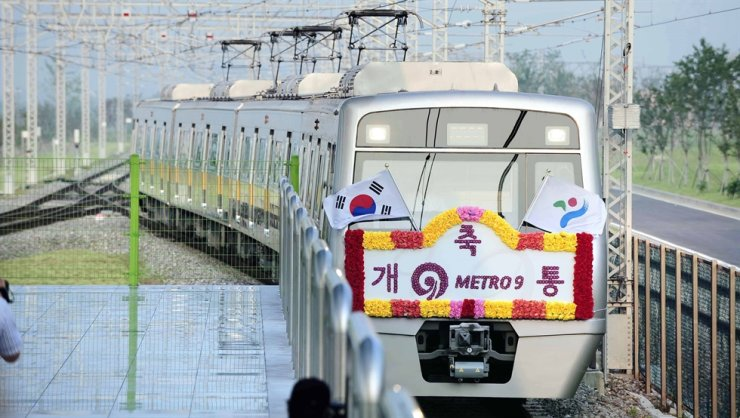 A newly open Line 9 subway train rolls into Gaehwa Station in this 2009 file photo. / Korea Times file
