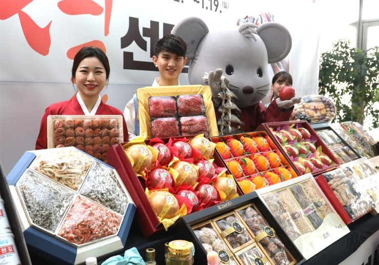 Lunar New Year gift sets were on sale at Seoul Central Post Office in Jung-gu, Friday. Korea Post is offering discounts up to 40 percent on gift sets comprised of specialty foods until Jan. 19. Yonhap