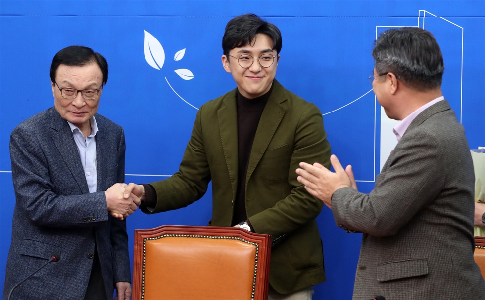Won Jong-gun speaks at a press conference at the National Assembly in Seoul, Tuesday. He was one of the ruling Democratic Party of Korea's 'hand-picked' new members for the April 15 general election. Yonhap