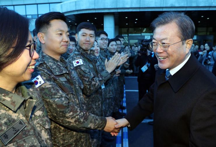 President Moon greets officers after a briefing by the Ministry of National Defense on Jan. 21. Yonhap