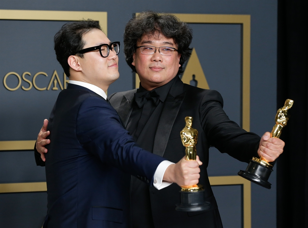 Best Picture Award winners for 'Parasite' onstage during the 92nd Academy Awards at the Dolby Theater in Hollywood, Monday (KST). Courtesy of A.M.P.A.S.