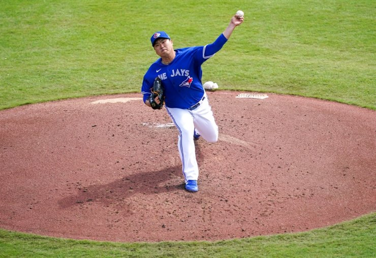 Toronto Blue Jays' South Korean starter Ryu Hyun-jin threw a ball on the mound at the TD Ballpark in Dunedin, Fla., Thursday. / Yonhap