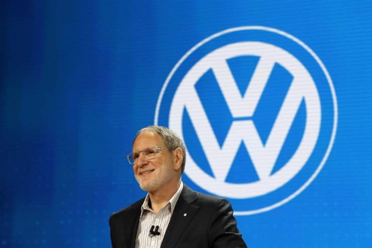 Johan de Nysschen, with Volkswagen, talks about direction the company is going with electric vehicles and the 2021 Atlas at the Chicago Auto Show, Feb. 6, in Chicago. AP-Yonhap