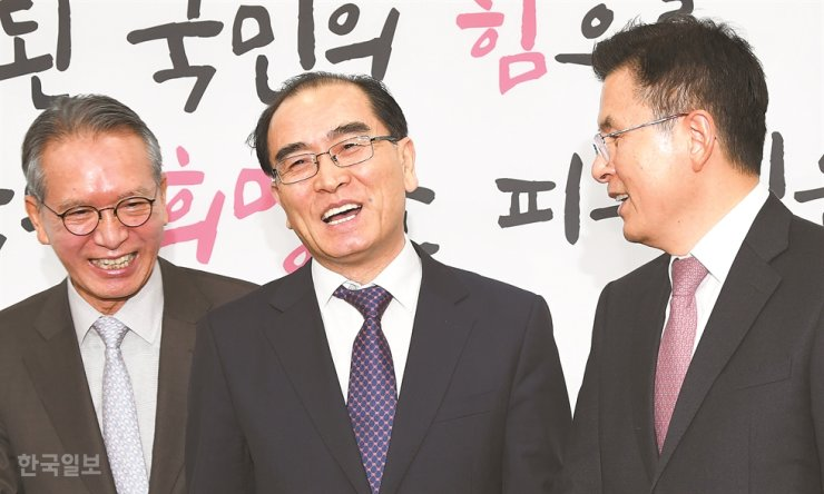Former North Korean diplomat Thae Yong-ho, center, smiles after a press conference at the National Assembly, Tuesday, to announce his bid for the April 15 general election as a member of the main opposition Liberty Party of Korea (LKP). He is joined by LKP Chairman Hwang Kyo-ahn, right, and former National Assembly Speaker Kim Hyung-o, leader of the LKP panel for selecting election candidates. Korea Times photo by Bae Woo-han
