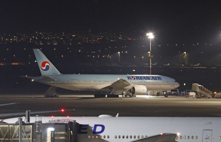 A Korean airplane which arrived from South Korea is pictured after landing at Ben Gurion International Airport in Tel Aviv, Israel, Saturday. Israel refused to allow some 200 non-Israelis to disembark from a plane which arrived from Korea as part of measures against the new coronavirus. / AFP-Yonhap