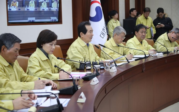 Prime Minister Chung Sye-kyun, third from left, speaks during a pan-government meeting on response to the coronavirus outbreak at the Government Complex Seoul, Sunday. / Yonhap