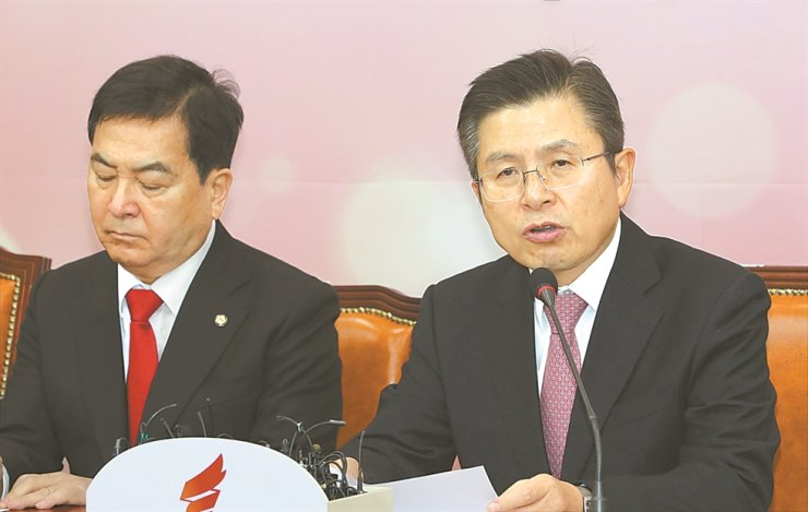 Main opposition Liberty Korea Party (LKP) Chairman Hwang Kyo-ahn speaks during the party's Supreme Council Meeting at the National Assembly, Thursday. Yonhap