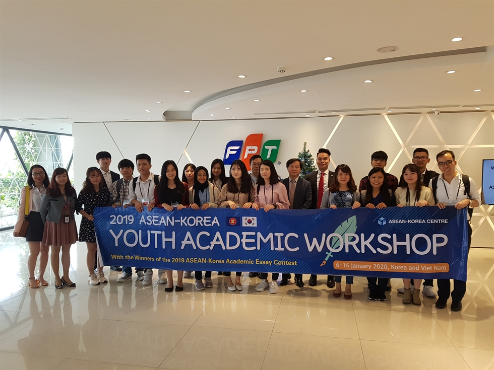 Participants in the ASEAN-Korea Youth Academic Workshop with Deputy Head Phan The Thang, fourth left in the third row, from the ASEAN-Korea Centre's Information and Data Unit, during their visit to the Diplomatic Academy of Vietnam (DAV) in Hanoi, Jan. 7. The ASEAN-Korea Centre hosted the workshop in Hanoi, Seoul and Busan from Jan. 6 to 16 as part of efforts to enhance youth cultural exchanges. / ASEAN-Korea Centre