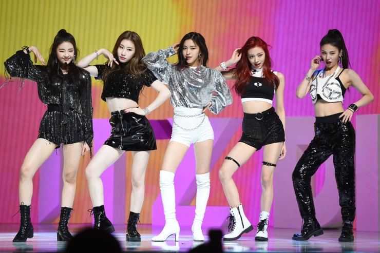 K-pop's ITZY performs its debut single 'It'z Different' at Bluesquare in Yongsan District, Hannam-dong, Seoul, Feb. 12, 2019. Korea Times file