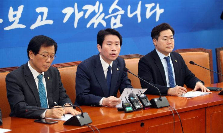 Ruling Democratic Party of Korea (DPK) floor leader Lee In-young speaks during a press conference over the issue of 2019-nCoV (COVID-19) spread at the National Assembly, Sunday. Yonhap