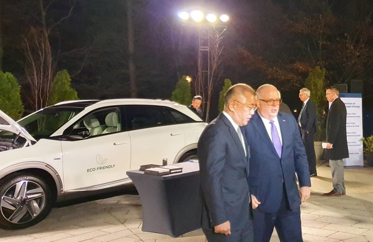 Hyundai Motor Group Executive Vice Chairman Chung Euisun, left, talks with National Governors Association (NGA) Chairman and Maryland Governor Larry Hogan during the official reception for the NGA Winter Summit held at the residence of the Korean Ambassador to the U.S. in Washington, D.C., Sunday (KST). Courtesy of Hyundai Motor Group