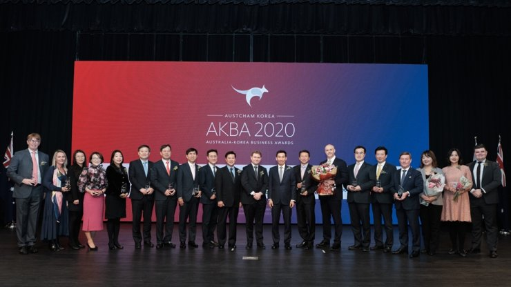 Australian Ambassador to Korea James Choi, ninth right, and Australian Chamber of Commerce in Korea (AustCham Korea) Chairman Christopher Raciti, 10th right, with winners of the 2020 Australia-Korea Business Awards at the Grand Hyatt Seoul in Yongsan-gu, Seoul, Jan. 31. / AustCham Korea