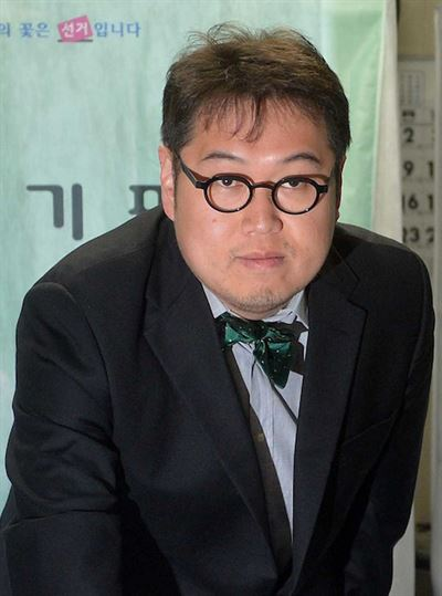KBS talk show 'Feast on the Road' has been criticized for naming critic Kim Yong-min, who has a history of misogynistic remarks, as the new season's host. Screen capture from Instagram