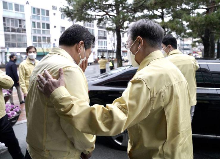 President Moon Jae-in, right, during a visit to Daegu on Feb. 25, 2020 Yonhap