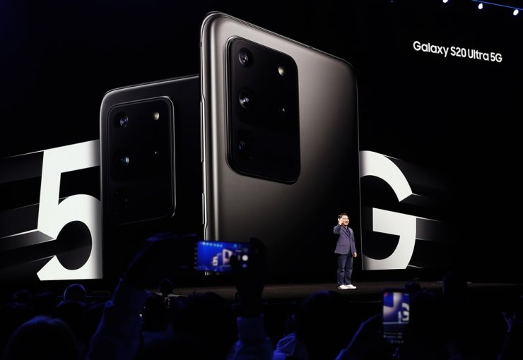 Roh Tae-moon, Samsung Electronics' mobile chief, previews the Galaxy S20 Ultra 5G during the Galaxy Unpacked 2020 event at the Palace of Fine Arts in San Francisco, Calif., the United States, Feb. 11. EPA-Yonhap