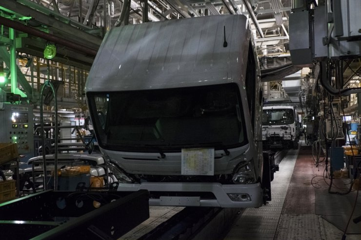 Seen above is a stopped assembly line of Hyundai Motor plant in Jeonju, North Jeolla Province, Thursday. The plant's truck assembly line was halted on insufficient supply of parts imported from China. Courtesy of Hyundai Motor