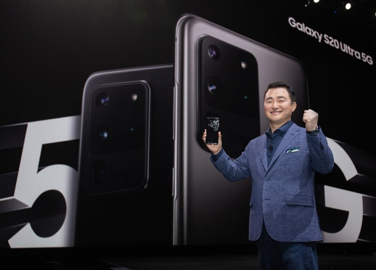 Roh Tae-moon, head of Samsung's mobile division, holds the newly released S20 Ultra during the '2020 Galaxy Unpacked' at San Francisco's Palace of Fine Arts, Tuesday. Courtesy of Samsung Electronics