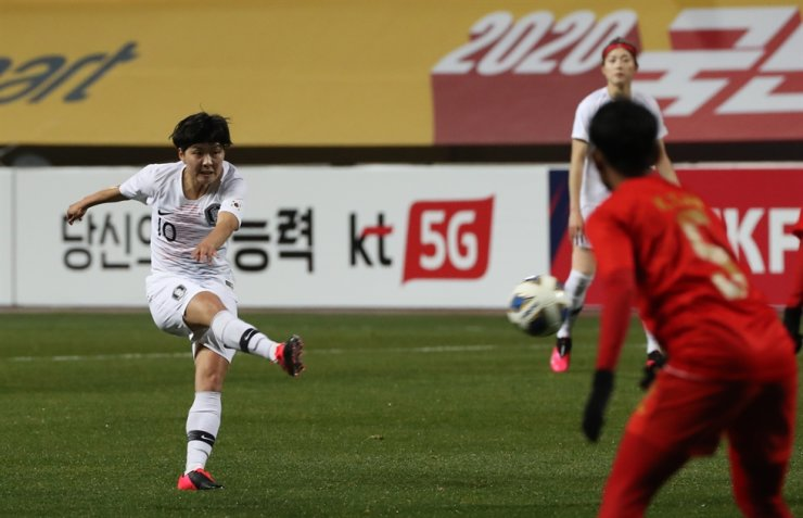 South Korean women's Olympic football team midfielder Ji So-yun takes a mid-range shot during the Asian qualifying match for the 2020 Tokyo Olympic against Myanmar at the Jeju World Cup Stadium in Seogwipo, Jeju Island, Monday. / Yonhap