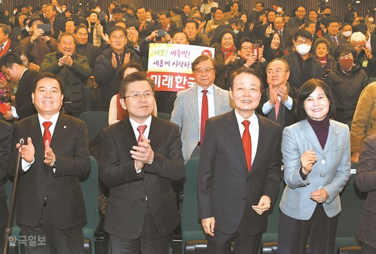 Rep. Han Sun-kyo, second from right, the chairman of the Future Korea Party, receives congratulations from main opposition Liberty Korea Party (LKP) chief Hwang Kyo-ahn and other dignitaries during the Future Korea Party's inauguration ceremony at the National Assembly in Seoul, Wednesday. Under the revised Election Law, minority parties will now stand a better chance to get proportional representation seats. Han and several other lawmakers left the LKP to set up the new party with the goal of taking as many seats as possible in the April 15 general election, and subsequently re-merging with the LKP at a later stage. / Korea Times photo by Oh Dae-geun