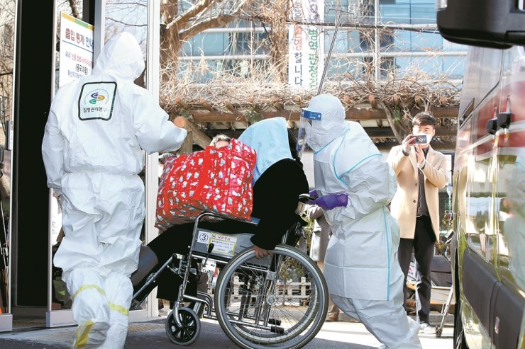 The 18th coronavirus patient, the daughter of the 16th patient, arrives at Chonnam National University Hospital in Gwangju, Wednesday./ Yonhap