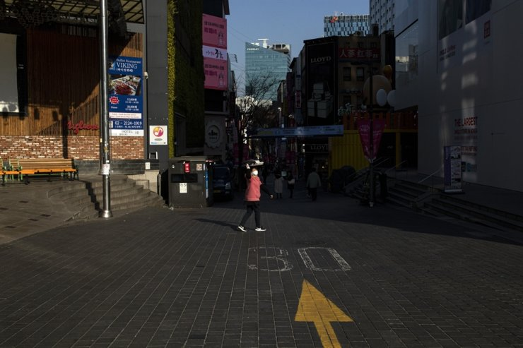 One of the main streets in Myeongdong which is empty. Myeongdong is hit by a decreasing number of tourists from China./ Korea Times photo by Shim Hyun-chul