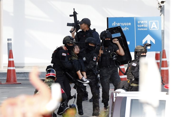 Soldiers evacuate hostages from mass shooting scene at the Terminal 21 shoppibng mall in Nakhon Ratchasima, Thailand, Feb. 9, 2020. EPA