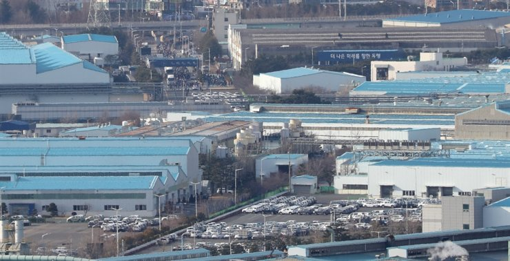 Hyundai Motor's automobile manufacturing plant in Ulsan, Feb. 6. The company said its halted operations due to a shortage of China-sourced auto parts will resume Tuesday. / Yonhap