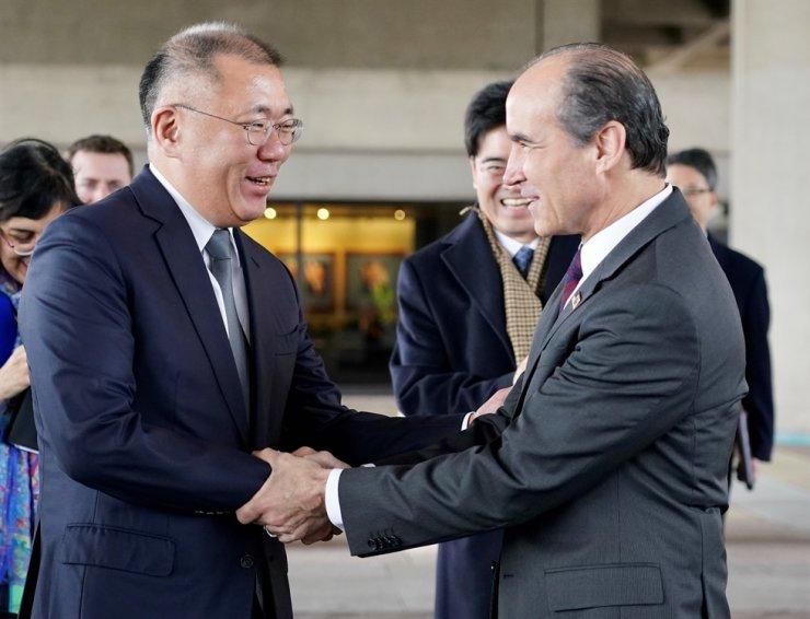 Hyundai Motor Group Executive Vice Chairman Chung Euisun, left, shakes hands with U.S. Under Secretary of Energy Mark Menezes during their meeting at Menezes' office in Washington D.C., Tuesday (Korea Standard Time).
