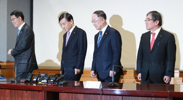 Chiefs of financial authorities pose for pictures before attending a meeting to discuss countermeasures against the rapid spread of the coronavirus at the Korea Federation of Banks on Feb 14. From left are Financial Services Commission Chairman Eun Sung-soo, Bank of Korea Governor Lee Joo-yeol, Finance Minister Hong Nam-ki and Financial Supervisory Service Governor Yoon Suk-heun / Yonhap
