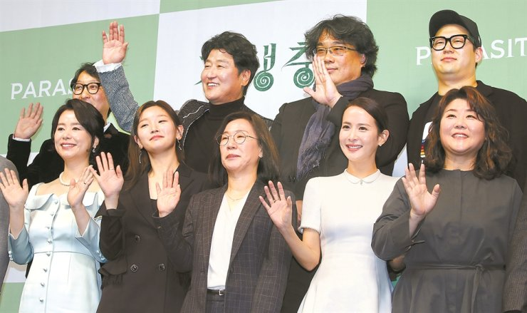 Director Bong Joon-ho, second from right second row, poses with 'Parasite' cast and staff at the press conference for his historic four-Oscar win at the Westin Chosun Hotel in Seoul, Wednesday. Yonhap