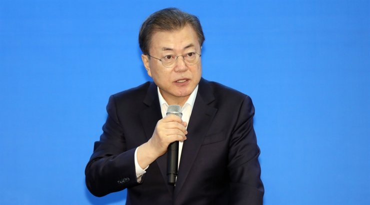 President Moon Jae-in speaks during a meeting with people representing small and medium-sized companies, restaurant and tourism industries at a department store in Mokdong, Seoul, Friday. Yonhap