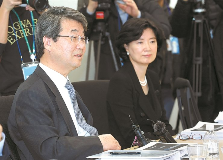 Kim Ji-hyung, left, former Supreme Court justice and head of Samsung Group's compliance committee, speaks during a press conference in Seoul, Wednesday. Yonhap