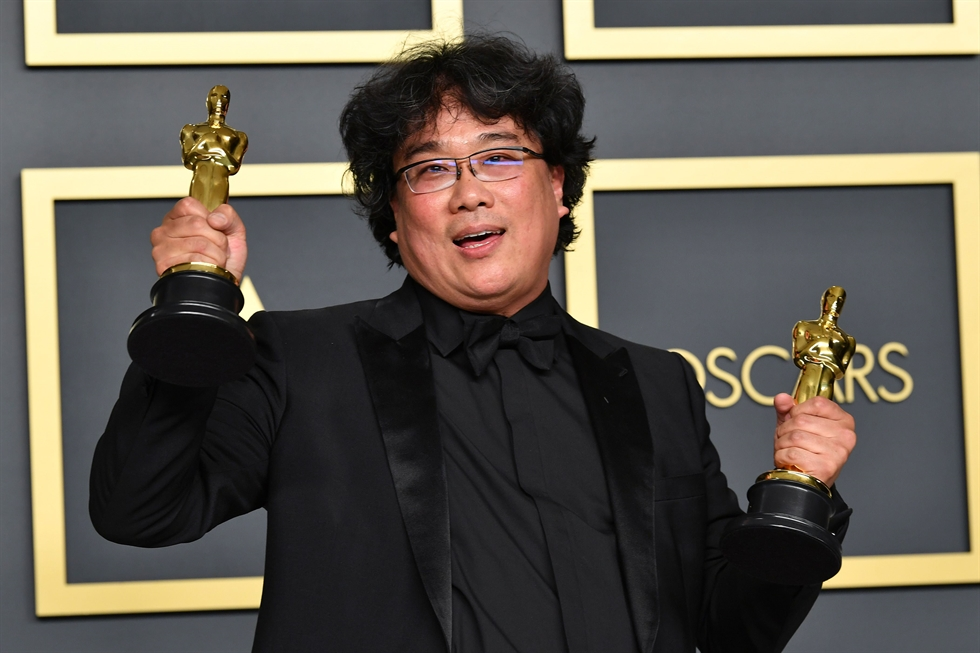 Bong Joon-ho, center, and the cast of 'Parasite' arrive for the 92nd annual Academy Awards at the Dolby Theater in the Hollywood section of Los Angeles, Sunday (local time). UPI-Yonhap