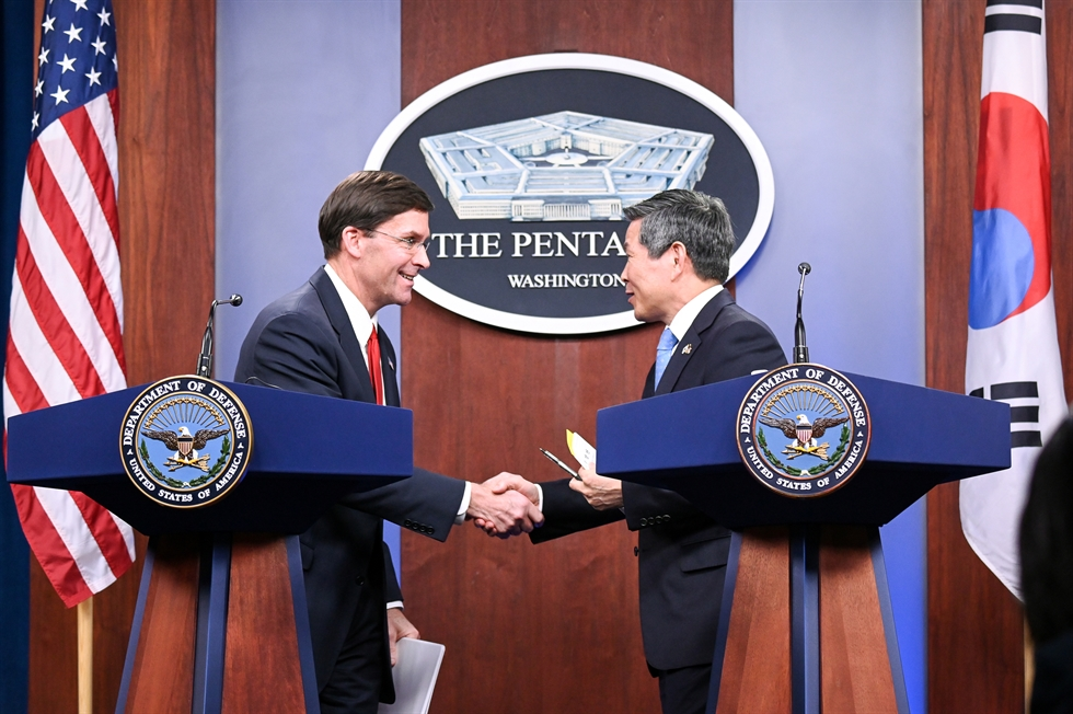 U.S. Secretary of Defense Mark Esper, left, and Minister of National Defense of South Korea Jeong Kyeong-doo observe the playing of the U.S. national anthem by a U.S. military band during an honor cordon held to welcome Jeong at the Pentagon in Arlington, Virginia, the U.S., Feb. 24. EPA-Yonhap