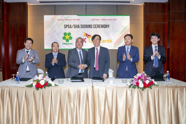 SK Lubricants CEO Cha Gyu-tak, fourth from left, shakes hands with Mekong Chairman Hoang Le after signing an investment deal in Vietnam, Friday. Courtesy of SK Lubricants