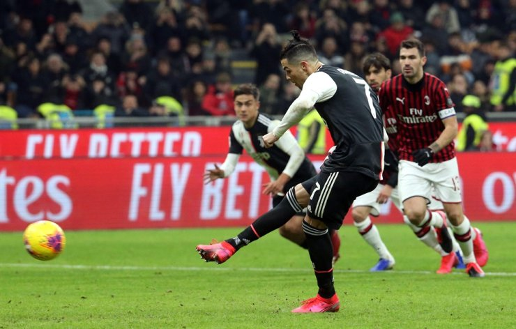 Juventus' Cristiano Ronaldo scores the equalizer from the penalty spot during the first leg of the Coppa Italia semi-final football match between AC Milan and Juventus at Giuseppe Meazza stadium in Milan, Italy, Thursday. / EPA-Yonhap