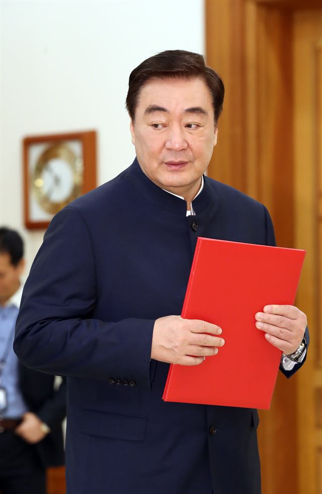 New Chinese Ambassador Xing Haiming poses after presenting his diplomatic credentials to President Moon Jae-in at Cheong Wa Dae, Friday. Foreign Minister Kang Kyung-wha is in the background. /Yonhap