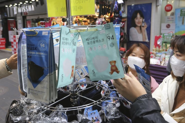 People buy face masks at a shop in Seoul in this Jan. 28 file photo. / AP-Yonhap