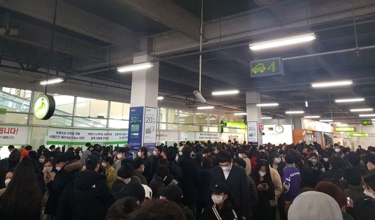 Crowds gather on Monday to buy masks at a big market in Daegu where most confirmed coronavirus cases have been reported. Yonhap