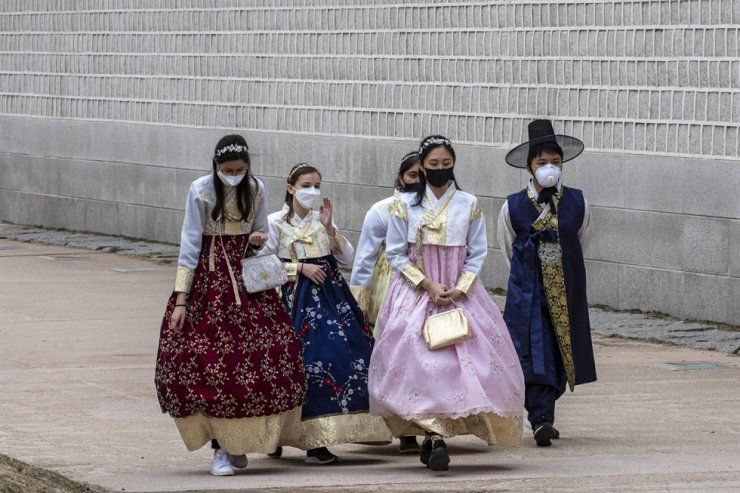 Tourists wearing face masks walk at the Gyeongbok Palace in central Seoul, Feb. 26. Korea Times photo by Shim Hyun-chul