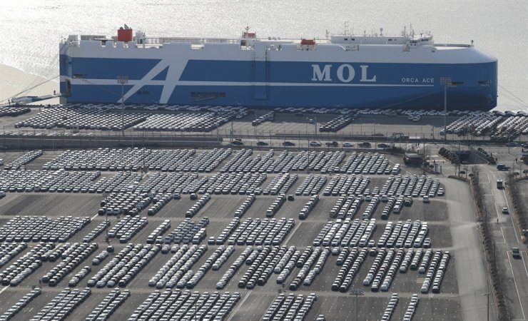 Hyundai Motor vehicles are parked at its Ulsan factory's export shipment dock, Thursday. Hyundai Motor Group suspended operations of assembly lines in Korea due to shortages of China-sourced auto parts. / Yonhap