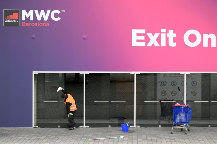 A worker cleans glass doors at the Mobile World Congress venue in Barcelona, Wednesday. /AFP-Yonhap