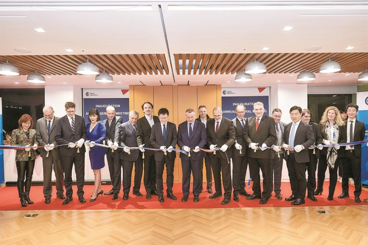 French Korean Chamber of Commerce and Industry Chairman David-Pierre Jalicon, ninth left, French Ambassador to Korea Philippe Lefort, 11th left, and other dignitaries join a ribbon-cutting ceremony during the opening of the third FKCCI office in Daechi-dong, southern Seoul, Feb. 10. / FKCCI