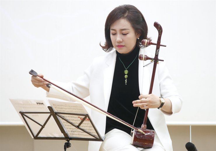 Kang Eun-il, artistic director of Seoul Donwhamun Traditional Theater and a traditional string instrument Haegeum player, plays Haegeum during a press conference on Wednesday to announce her upcoming performance on motherhood. Yonhap