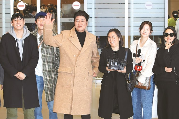 Actor Song Kang-ho, third from left, waves as he arrived at Incheon International Airport, Wednesday. He, along with some other members of the 'Parasite' team, returned to Seoul after wrapping up their U.S. trip to Los Angeles for the 92nd Academy Awards. / Yonhap