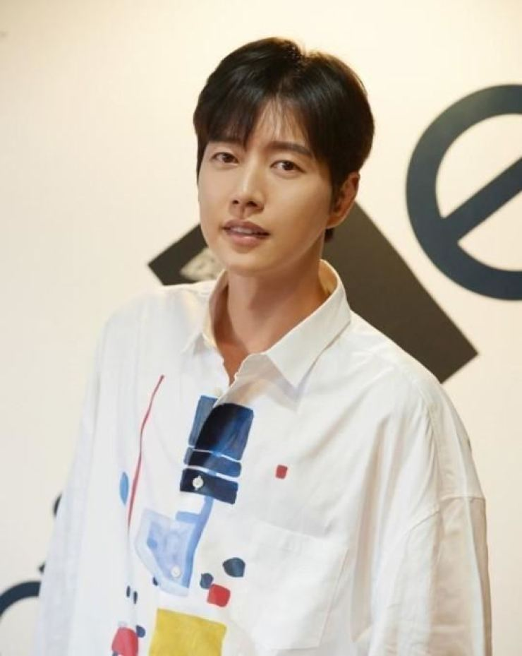 Actor Park Hae-jin has provided safety gear to the production crew of the new drama 'Old School Intern' as they work amid the coronavirus outbreak. Korea Times file