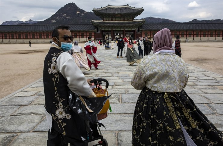 Visitors wearing face masks as a precaution against the new coronavirus walk inside Gyeongbok Palace in Seoul, Saturday, Feb. 22, 2020. Korea Times photo by Shim Hyun-chul
