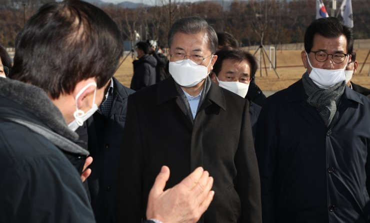 President Moon Jae-in listens to Interior and Safety Minister Chin Young during his visit to the quarantine facility at Jincheon in North Chungcheong Province, Sunday. Yonhap